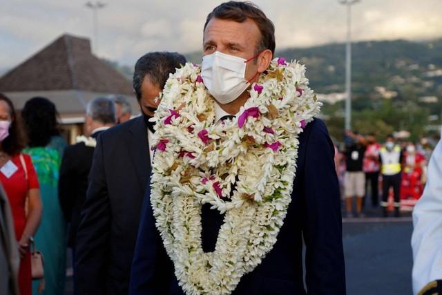 Khoảnh khắc hot nhất hôm nay: Tổng thống Pháp bất đắc dĩ thành cây hoa di động, nét mặt của ông càng gây chú ý - Ảnh 3.