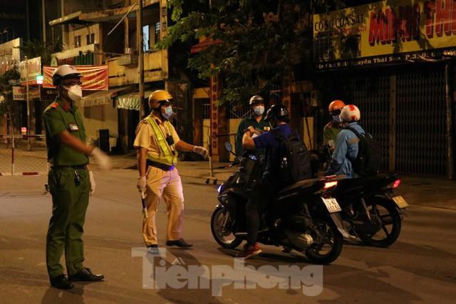 Đêm đầu tiên ở chốt kiểm soát người dân ra đường sau 18 giờ ở TPHCM - Ảnh 1.