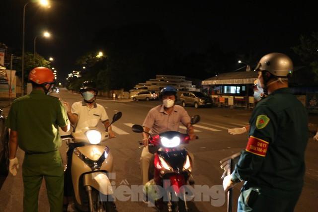 Đêm đầu tiên ở chốt kiểm soát người dân ra đường sau 18 giờ ở TPHCM - Ảnh 2.
