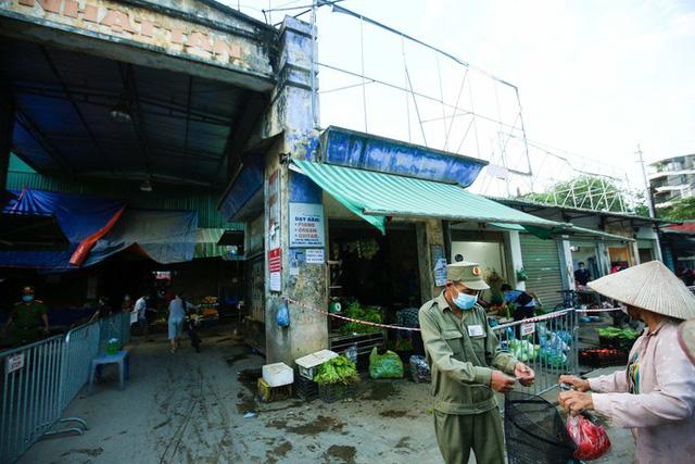 CLIP: Ngày đầu tiên người dân Hà Nội đi chợ cầm phiếu ngày chẵn, lẻ  - Ảnh 2.
