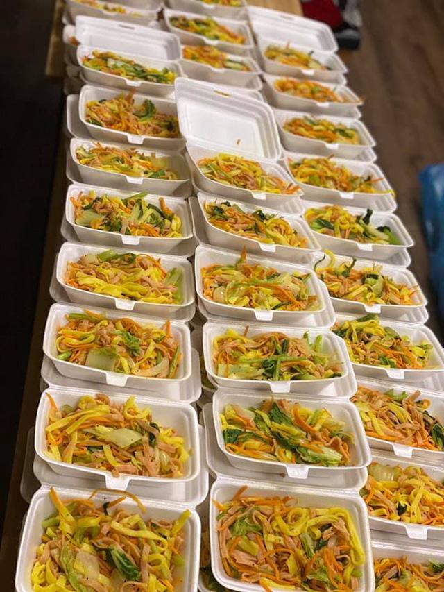 Góc ấm lòng ở Sài Gòn: Bà chủ chuỗi quán chay Mãn Tự mở 'chợ rau' 0 đồng lớn nhất Sài Gòn, mỗi ngày tặng 20 tấn rau & nấu 5-7 ngàn suất ăn - Ảnh 2.