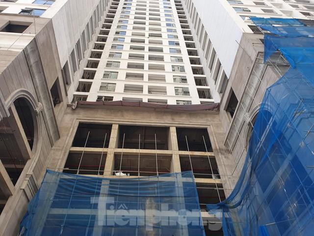 Máy móc đứng im trên các đại công trường xây dựng ở Thủ đô - Ảnh 1.