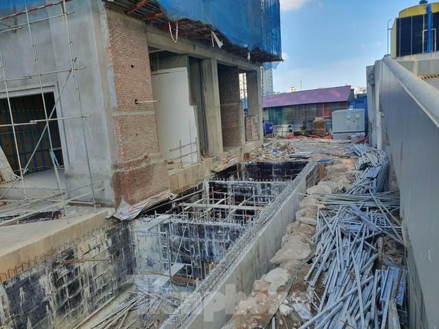 Máy móc đứng im trên các đại công trường xây dựng ở Thủ đô - Ảnh 2.
