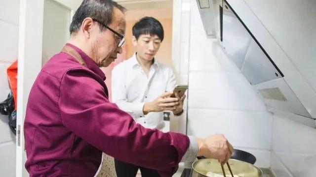 Người đàn ông từ chối mức lương 29 tỷ đồng/năm, chuyển nghề làm clip hướng dẫn nấu ăn thu hút hàng chục triệu người theo dõi - Ảnh 2.