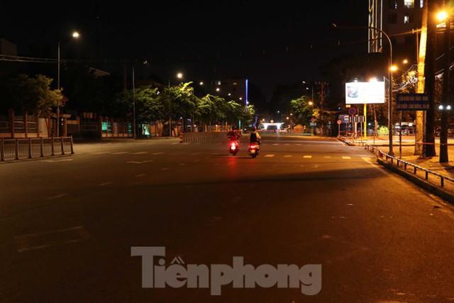 Đêm đầu tiên ở chốt kiểm soát người dân ra đường sau 18 giờ ở TPHCM - Ảnh 11.