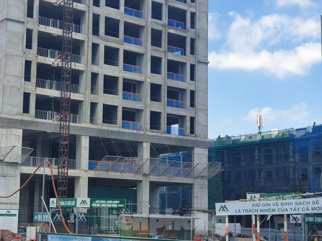 Máy móc đứng im trên các đại công trường xây dựng ở Thủ đô - Ảnh 11.