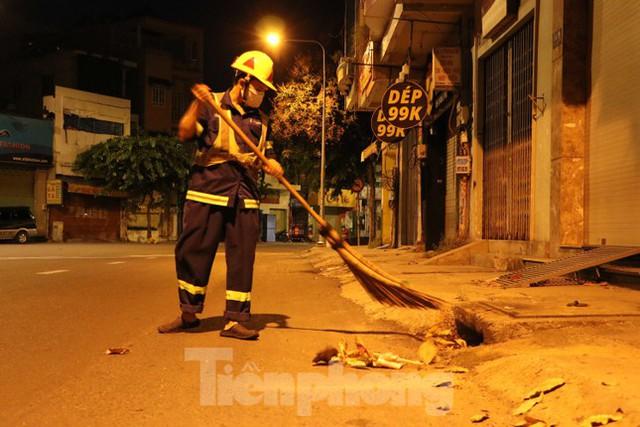 Đêm đầu tiên ở chốt kiểm soát người dân ra đường sau 18 giờ ở TPHCM - Ảnh 12.
