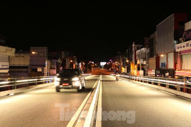 Đêm đầu tiên ở chốt kiểm soát người dân ra đường sau 18 giờ ở TPHCM - Ảnh 13.