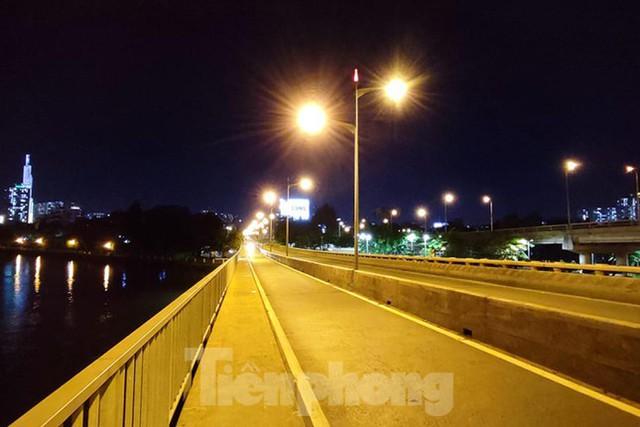 Đêm đầu tiên ở chốt kiểm soát người dân ra đường sau 18 giờ ở TPHCM - Ảnh 14.