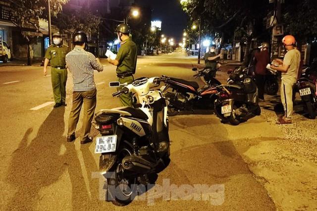 Đêm đầu tiên ở chốt kiểm soát người dân ra đường sau 18 giờ ở TPHCM - Ảnh 15.