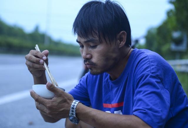 Bữa cơm nấu vội ngay ven đường của tài xế nằm chờ gần 2 ngày để xin giấy luồng xanh vào Hà Nội - Ảnh 3.