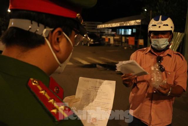 Đêm đầu tiên ở chốt kiểm soát người dân ra đường sau 18 giờ ở TPHCM - Ảnh 3.