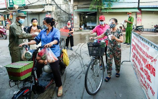 CLIP: Ngày đầu tiên người dân Hà Nội đi chợ cầm phiếu ngày chẵn, lẻ  - Ảnh 4.