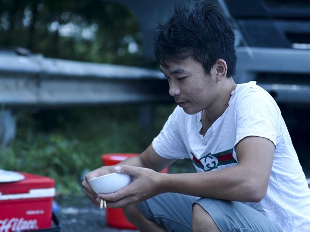 Bữa cơm nấu vội ngay ven đường của tài xế nằm chờ gần 2 ngày để xin giấy luồng xanh vào Hà Nội - Ảnh 4.