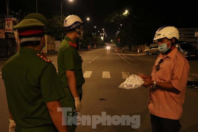 Đêm đầu tiên ở chốt kiểm soát người dân ra đường sau 18 giờ ở TPHCM - Ảnh 4.