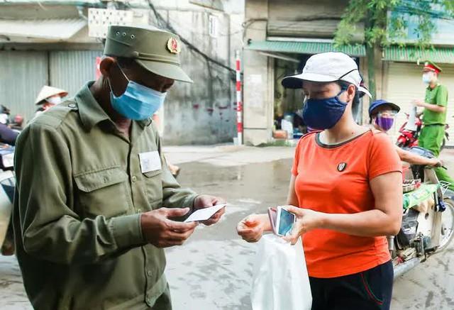 CLIP: Ngày đầu tiên người dân Hà Nội đi chợ cầm phiếu ngày chẵn, lẻ  - Ảnh 5.
