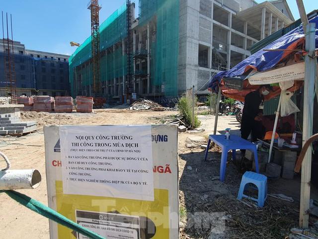 Máy móc đứng im trên các đại công trường xây dựng ở Thủ đô - Ảnh 4.