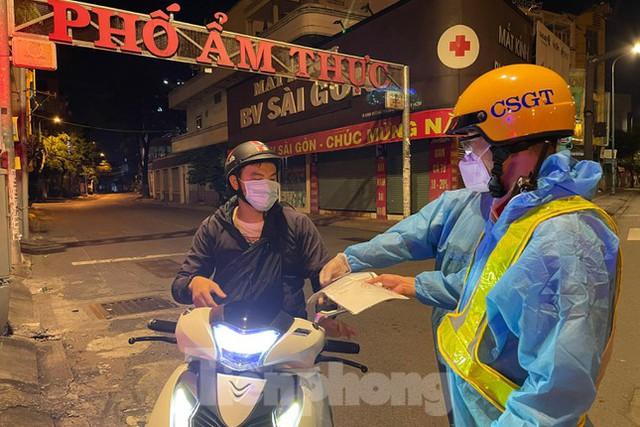 Đêm đầu tiên ở chốt kiểm soát người dân ra đường sau 18 giờ ở TPHCM - Ảnh 5.