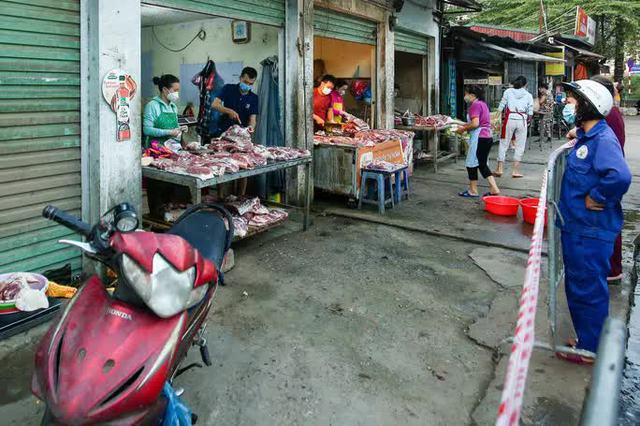 CLIP: Ngày đầu tiên người dân Hà Nội đi chợ cầm phiếu ngày chẵn, lẻ  - Ảnh 6.