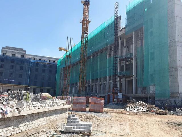 Máy móc đứng im trên các đại công trường xây dựng ở Thủ đô - Ảnh 5.