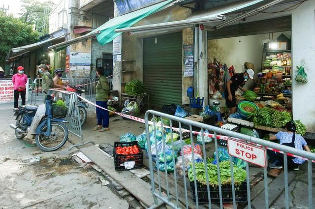 CLIP: Ngày đầu tiên người dân Hà Nội đi chợ cầm phiếu ngày chẵn, lẻ  - Ảnh 7.