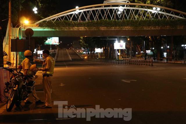 Đêm đầu tiên ở chốt kiểm soát người dân ra đường sau 18 giờ ở TPHCM - Ảnh 7.