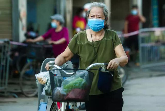 CLIP: Ngày đầu tiên người dân Hà Nội đi chợ cầm phiếu ngày chẵn, lẻ  - Ảnh 8.