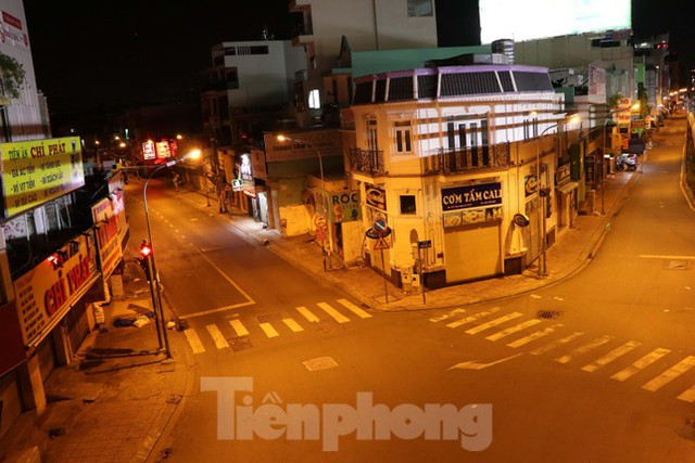 Đêm đầu tiên ở chốt kiểm soát người dân ra đường sau 18 giờ ở TPHCM - Ảnh 8.