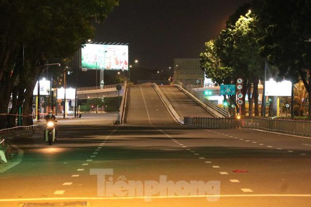 Đêm đầu tiên ở chốt kiểm soát người dân ra đường sau 18 giờ ở TPHCM - Ảnh 9.