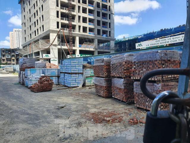 Máy móc đứng im trên các đại công trường xây dựng ở Thủ đô - Ảnh 9.