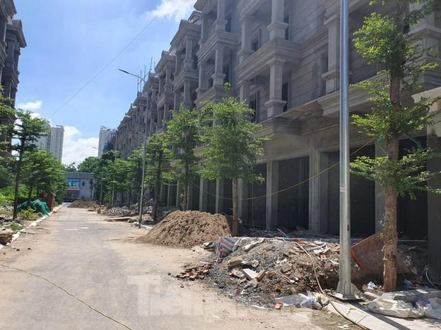 Máy móc đứng im trên các đại công trường xây dựng ở Thủ đô - Ảnh 10.