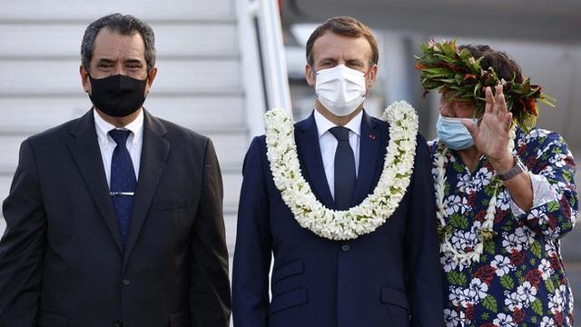 Khoảnh khắc hot nhất hôm nay: Tổng thống Pháp bất đắc dĩ thành cây hoa di động, nét mặt của ông càng gây chú ý - Ảnh 2.