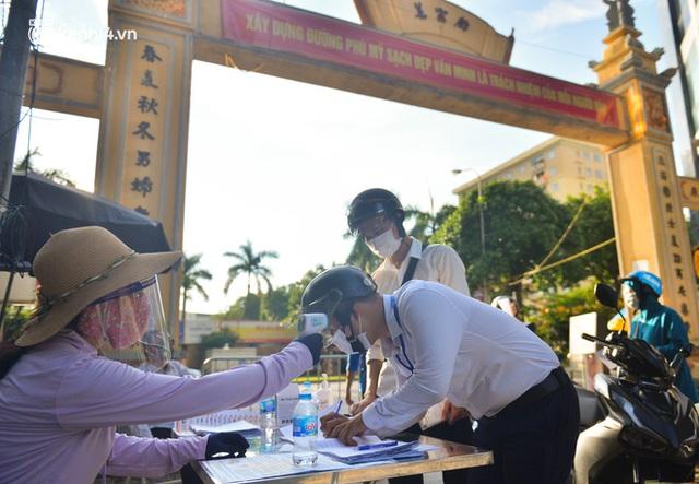 Ảnh: Lập chốt tại các làng ở quận Nam Từ Liêm, người dân ra ngoài không cần thiết sẽ bị xử phạt  - Ảnh 2.