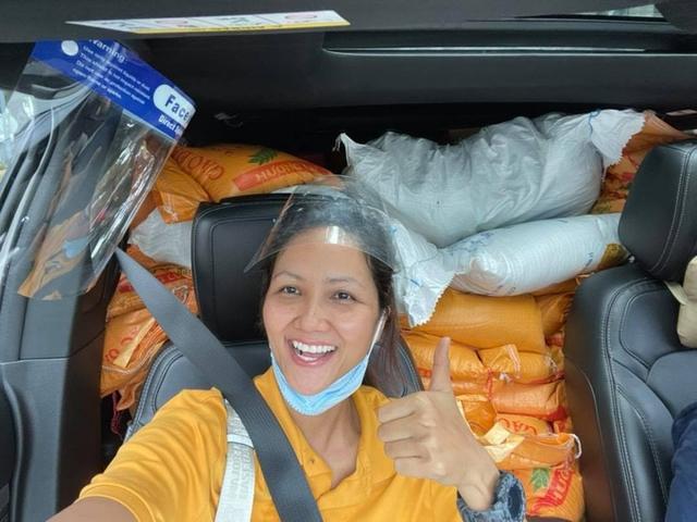 Hoa hậu Việt làm shipper hỗ trợ người dân trong dịch COVID-19: Lên sân khấu lộng lẫy bao nhiêu, đi làm tình nguyện giản dị, chất phác bấy nhiêu - Ảnh 1.