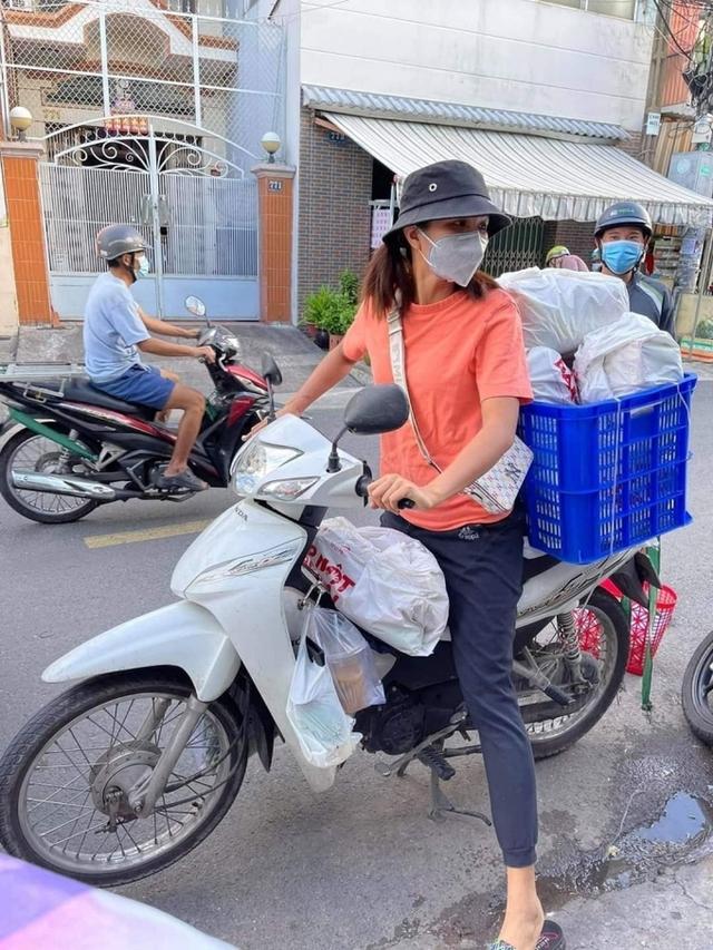 Hoa hậu Việt làm shipper hỗ trợ người dân trong dịch COVID-19: Lên sân khấu lộng lẫy bao nhiêu, đi làm tình nguyện giản dị, chất phác bấy nhiêu - Ảnh 2.