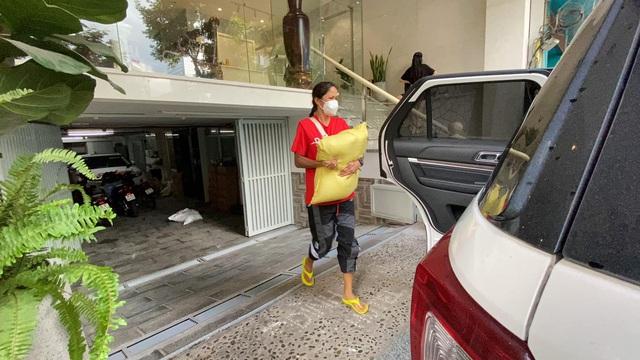Hoa hậu Việt làm shipper hỗ trợ người dân trong dịch COVID-19: Lên sân khấu lộng lẫy bao nhiêu, đi làm tình nguyện giản dị, chất phác bấy nhiêu - Ảnh 5.