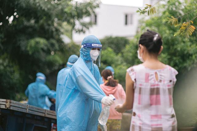 Hoa hậu Việt làm shipper hỗ trợ người dân trong dịch COVID-19: Lên sân khấu lộng lẫy bao nhiêu, đi làm tình nguyện giản dị, chất phác bấy nhiêu - Ảnh 6.