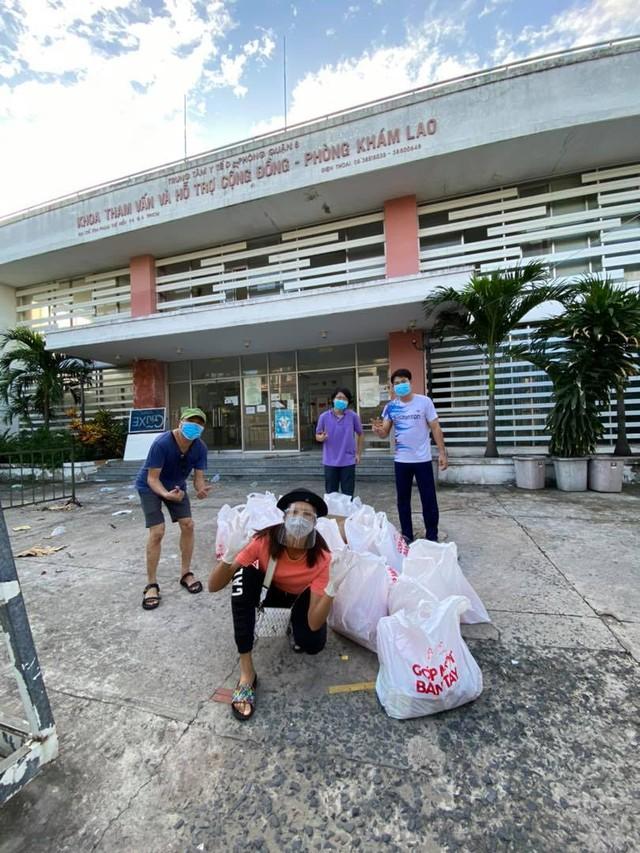 Hoa hậu Việt làm shipper hỗ trợ người dân trong dịch COVID-19: Lên sân khấu lộng lẫy bao nhiêu, đi làm tình nguyện giản dị, chất phác bấy nhiêu - Ảnh 3.