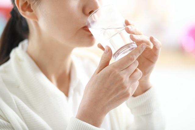 Bác sĩ mách công thức uống nước Trọng lượng x 35 và cách giúp hạ sốt, giảm tác dụng phụ sau khi tiêm vắc xin Covid-19 - Ảnh 1.