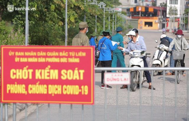 Ảnh: Phòng chống dịch Covid-19, một phường ở Hà Nội phát phiếu ra đường cho người dân 1 lần 1 ngày - Ảnh 1.