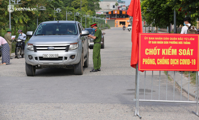 Ảnh: Phòng chống dịch Covid-19, một phường ở Hà Nội phát phiếu ra đường cho người dân 1 lần 1 ngày - Ảnh 2.