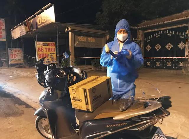 Clip: Xuyên đêm sửa xe miễn phí cho đoàn người từ miền Nam về quê bằng xe máy  - Ảnh 3.