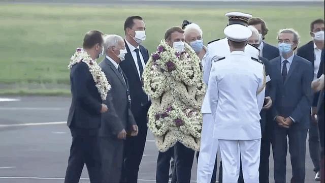 Sự thật về khoảnh khắc Tổng thống Pháp thành cây hoa di động, vẻ mặt gượng cười đang gây bão MXH - Ảnh 1.