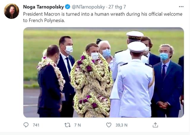 Sự thật về khoảnh khắc Tổng thống Pháp thành cây hoa di động, vẻ mặt gượng cười đang gây bão MXH - Ảnh 2.