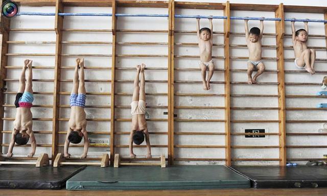 Giấc mơ vô địch Olympic của những đứa trẻ ở lò đào tạo thể thao Trung Quốc: Đánh đổi tuổi thơ bằng máu, mồ hôi và nước mắt  - Ảnh 1.