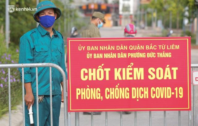 Ảnh: Phòng chống dịch Covid-19, một phường ở Hà Nội phát phiếu ra đường cho người dân 1 lần 1 ngày - Ảnh 11.
