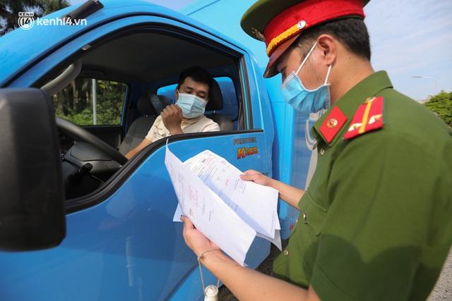 Ảnh: Phòng chống dịch Covid-19, một phường ở Hà Nội phát phiếu ra đường cho người dân 1 lần 1 ngày - Ảnh 12.