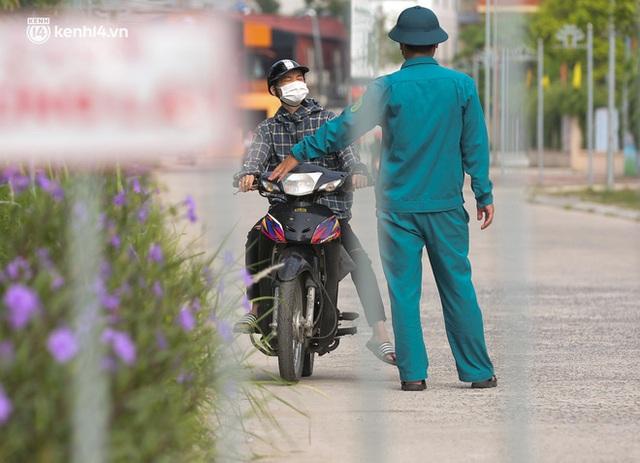 Ảnh: Phòng chống dịch Covid-19, một phường ở Hà Nội phát phiếu ra đường cho người dân 1 lần 1 ngày - Ảnh 13.