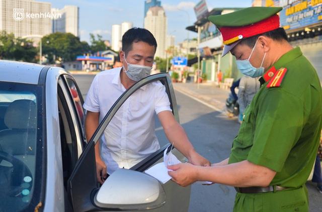 Ảnh: Lập chốt tại các làng ở quận Nam Từ Liêm, người dân ra ngoài không cần thiết sẽ bị xử phạt  - Ảnh 17.