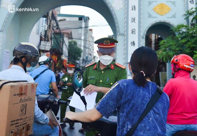 Ảnh: Lập chốt tại các làng ở quận Nam Từ Liêm, người dân ra ngoài không cần thiết sẽ bị xử phạt  - Ảnh 18.